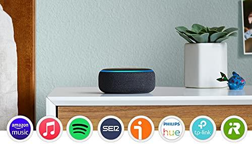 Te presentamos el Echo Dot: nuestro altavoz inteligente más popular. Viene con un diseño con acabado en tela que se ajusta perfectamente a cualquier espacio pequeño. Controla la música con la voz: reproduce en streaming canciones en Amazon Music, Spotify, TuneIn y otros servicios. Un sonido más intenso y de mayor calidad: vincula un segundo Echo Dot (3.ª generación) para obtener un sonido estéreo más profundo. Si tienes dispositivos Echo compatibles repartidos en varias habitaciones, podrás llenar de música toda tu casa. Lista para ayudarte: pídele a Alexa que reproduzca música, responda a preguntas, narre las noticias, consulte la previsión del tiempo, configure alarmas, controle dispositivos de Hogar digital compatibles y mucho más. Conecta con los que te importan: llama o envía mensajes a cualquiera que tenga un dispositivo Echo, la app Alexa o Skype sin mover un dedo. Usa Drop In para conectar con otras habitaciones de tu hogar en las que tengas un dispositivo Echo compatible. Alexa tiene Skills: gracias a los cientos de Skills, Alexa aprende y añade nuevas funciones y formas de realizar tareas continuamente, como ayudarte en la cocina o jugar, entre otras. Controla tus dispositivos de Hogar digital con la voz: enciende las luces, regula los termostatos, cierra las puertas con llave y mucho más con dispositivos de Hogar digital compatibles. Diseñado para proteger tu privacidad: fabricado con varias capas de controles de la privacidad, como un botón que desconecta los micrófonos electrónicamente.