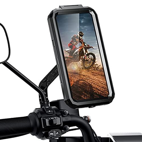 🏍【Mejora el Material Resistente】ENONEO soporte para movil moto impermeable está fabricado con un soporte de aleación de aluminio de alta calidad y una carcasa duradera de PVC para el teléfono. Brinda a los teléfonos un soporte más fuerte, no tiene que preocuparse por daños materiales al conducir. Nuestro tamaño pequeño: teléfonos de 4,7 a 6,1 pulgadas (15 (L) * 7,6 (W) * 1,1 (T) cm) .Tamaño grande: teléfonos de 5,5 a 6,8 pulgadas (:16,8 ( L) * 8,3 (ancho) * 1,1 (largo) cm). 💦【Cierto Totalmente impermeable Tecnología】Soporte telefono para moto fue hecho con una junta de silicona impermeable para asegurar que el agua no fluya hacia la carcasa del teléfono. También tiene auriculares a prueba de agua y conector de carga. Nuestros productos pertenecen al nivel de impermeabilidad IP67, que ofrece una buena prueba de agua y polvo, anti-nieve, etc. 🏍 【Rotación de 360° y Protección a prueba de golpes】El soporte móvil para motocicleta admite una rotación de 360° (NOTA: puede apretar la parte posterior del soporte para fijar el ángulo que desee, será mejor proporcionar un establo para la carcasa del teléfono). Además, tenemos un diseño especial, el diseño de rebote de la base puede hacer que el teléfono sea más adecuado para TPU, lo que le facilita operar el teléfono y evitar que el teléfono se mueva. 📲 【Cara de Apoyo/Identifición de Toque &Tacto Sensible】Soporte movil moto scooter utilizado con más del 95% de material de TPU, opera y visualiza fácilmente tu teléfono móvil mientras conduces, diseño con un orificio para auriculares para disfrutar de la música. (NOTA: si siente que la pantalla táctil no es suave, asegúrese de que su huella digital esté limpia, no mojada o limpie la pantalla del teléfono) 🏍 【Amplia Compatibilidad y Instalación Rápida y Liberar】 El soporte para movil moto universal ya no es un diseño tradicional, sino un diseño desmontable rápido mejorado, el diseño a presión del soporte puede ayudarlo a ensamblar y desmontar rápidamente. .El diámetro del orificio