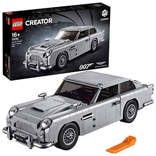 Este modelo LEGO del Aston Martin DB5 de James Bond cuenta también con puertas que se abren y un detallado interior con ordenador de seguimiento secreto y una portezuela que esconde un teléfono Levanta el capó y contempla el detallado motor de 6 cilindros en línea Tira hacia atrás del paragolpes trasero para deshacerte de los pasajeros más indeseables Gira las matrículas, levanta el escudo antibalas trasero y despliega los acuchilladores de neumáticos integrados en las ruedas Tira hacia atrás de la palanca de cambios para revelar las ametralladoras delanteras Hazte con esta réplica coleccionable del Aston Martin DB5, tal y como aparece en el clásico cinematográfico de James Bond: Goldfinger Este set incluye más de 1290 piezas y es apto para mayores de 16 años Elementos especiales incluidos (novedades en agosto de 2018): macarrón conector lacado, placa 2 x 4 y viga 1 m, así como una placa 1 x 2 impresa con un patrón de rejilla Mide más de 10 cm de altura, 34 cm de longitud y 12 cm de ancho