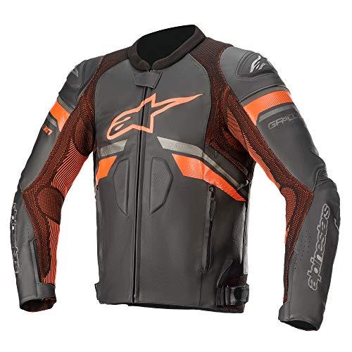 La parte trasera de la chaqueta es extendida para una mejor cobertura durante la conducción. Tejido con tecnología de punto en la zona de las costuras para una elasticidad programada para optimizar el ajuste y la comodidad. Cierre de velcro en la cintura y los puños con cremallera semiautomática para un cierre seguro. La cremallera de conexión a la cintura permite la fijación a los pantalones de equitación Alpinestars. La chaqueta de piel GP Plus R V3 Rideknit se compone de una carcasa principal de piel extremadamente duradera y resistente a la abrasión y una protección de clase Nucleon Flex Plus.